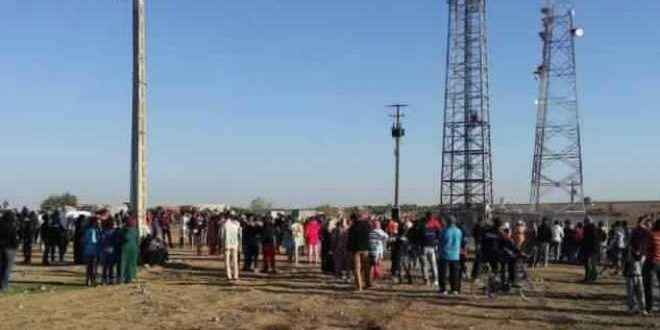 تحت التهديد بالانتحار.. مواطنون يرفعون مطالبهم للمسؤولين بتسلقهم لاقطا هوائيا