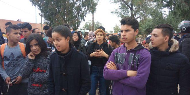 <h> قصبة تادلة : مسيرة غضب لتلاميذ ثانوية مولاي رشيد على إثر وفاة التلميذة خولة بالمؤسسة <h/>